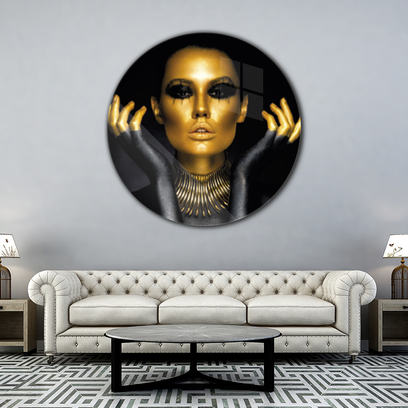 ToF Woman in gold and black colours rond